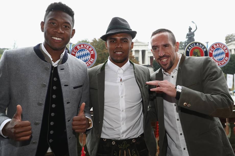 David Alaba, Douglas Costa e Franck Ribery curtem comemorações da Oktoberfest, em Munique