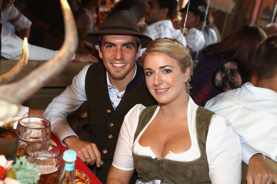 Capitão do Bayern de Munique, Philipp Lahm e Claudia Lahm, sua esposa, curtem comemorações do Oktoberfest, em Munique