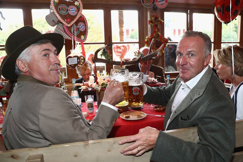 Técnico do Bayern de Munique, Carlo Ancelotti, posa ao lado do CEO do Bayern, Karl-Heinz Rummenigge, no Oktoberfest em Munique