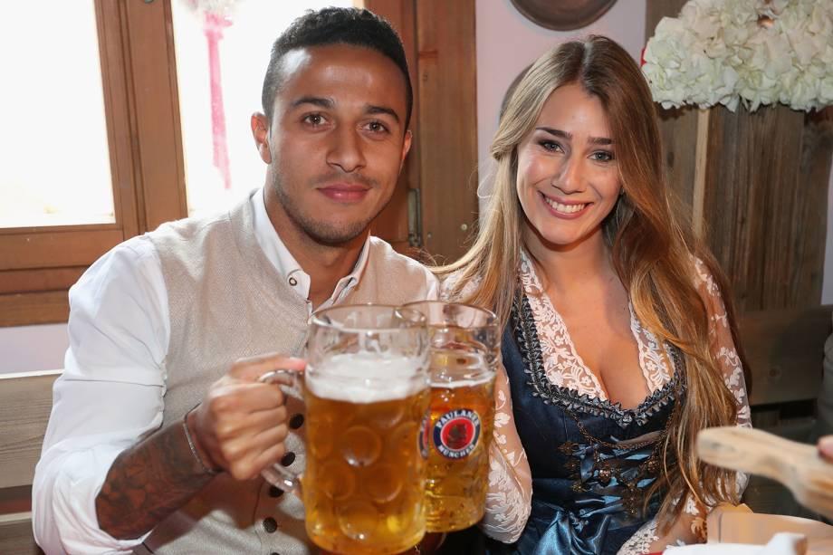 Brasileiro Thiago Alcantara e sua esposa Julia Vigas brindam no Oktoberfest, tradicional festa anual alemã que acontece em Munique