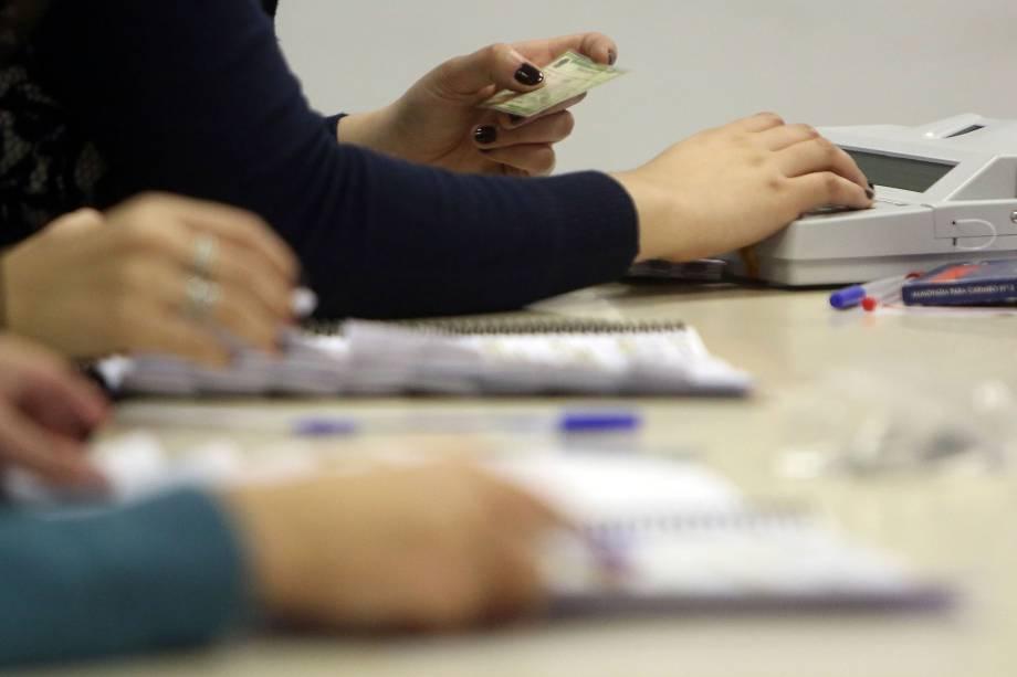 Mesários checam informações de eleitores em uma seção de votação na Pontifícia Universidade Católica (PUC), na zona oeste de São Paulo - 02/10/2016