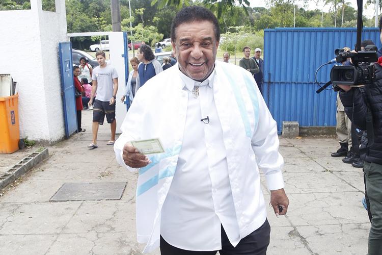 O cantor Agnaldo Timóteo vota em escola do Rio de Janeiro (RJ) - 02/10/2016