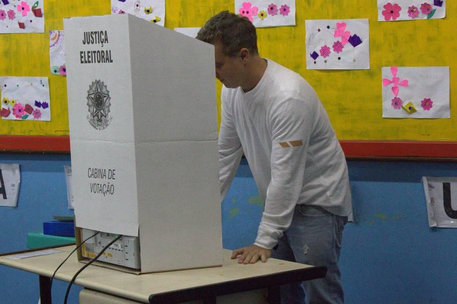 O apresentador Luciano Huck vota na Barra da Tijuca, zona oeste do Rio de Janeiro (RJ) - 02/10/2016