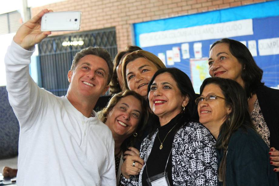 O apresentador Luciano Huck tira selfie após votar na Barra da Tijuca, zona oeste do Rio de Janeiro (RJ) - 02/10/2016