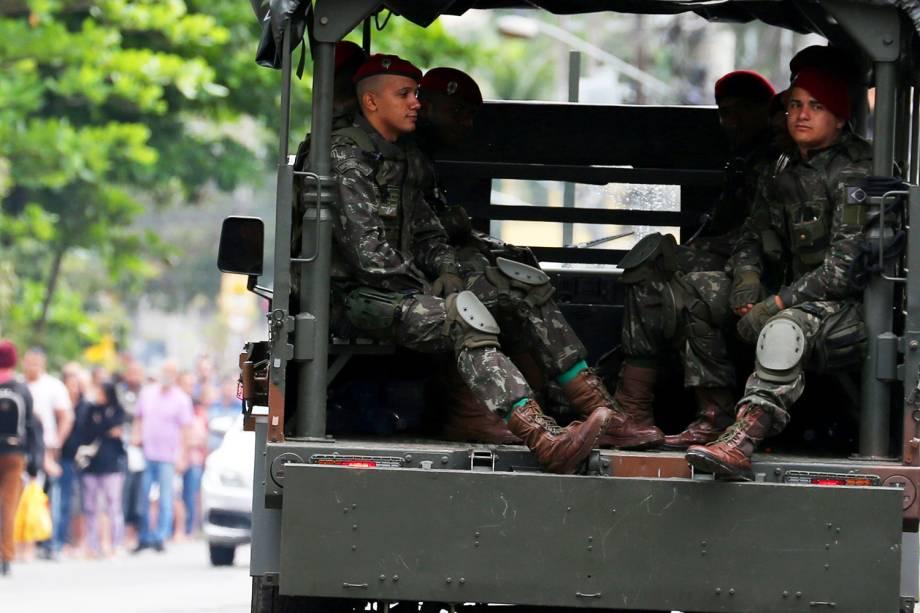 Soldados fazem patrulha no Rio de Janeiro (RJ), durante as eleições municipais - 02/10/2016