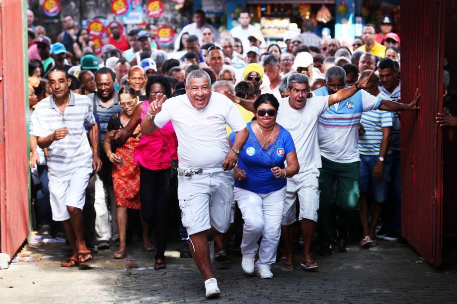 Eleitores chegam para votar no colégio Luis Viana, em Salvador (BA) - 02/10/2016