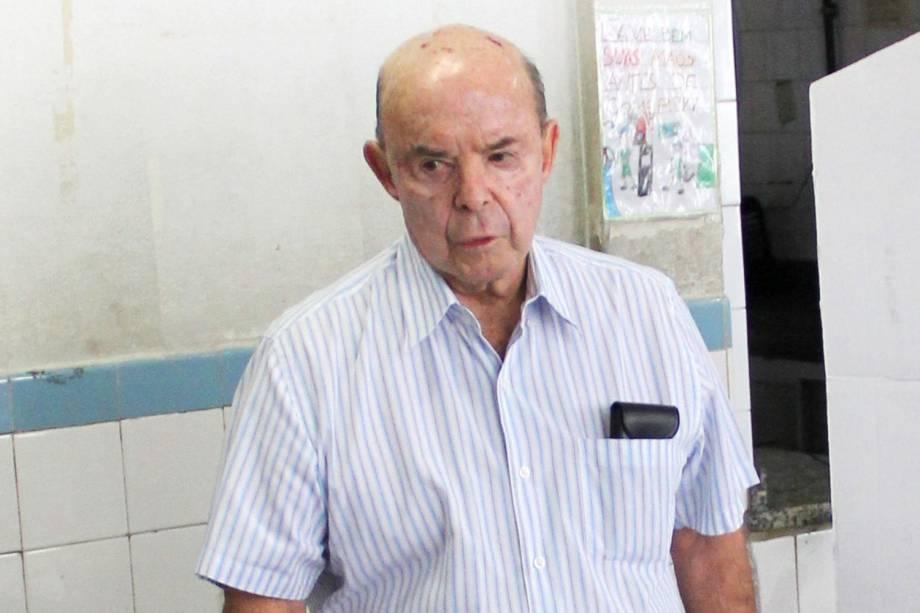 O governador do Rio de Janeiro em exercício, Francisco Dornelles, vota em escola - 02/10/2016
