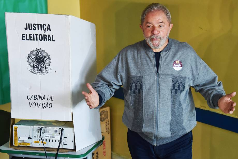 O ex-presidente Lula vota em escola na cidade de São Bernardo do Campo (SP) - 02/10/2016