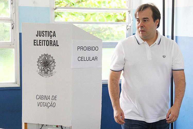 O presidente da Câmara dos Deputados, Rodrigo Maia, vota em escola do RIo de Janeiro (RJ) - 02/10/2016