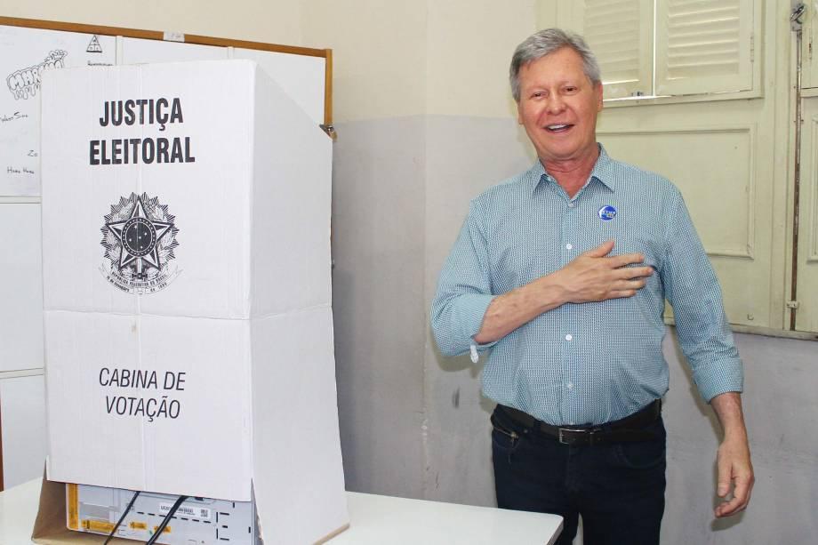 O candidato e atual Prefeito Artur Neto (PSDB) chega para votar em Manaus (AM), na manhã deste domingo - 02/10/2016