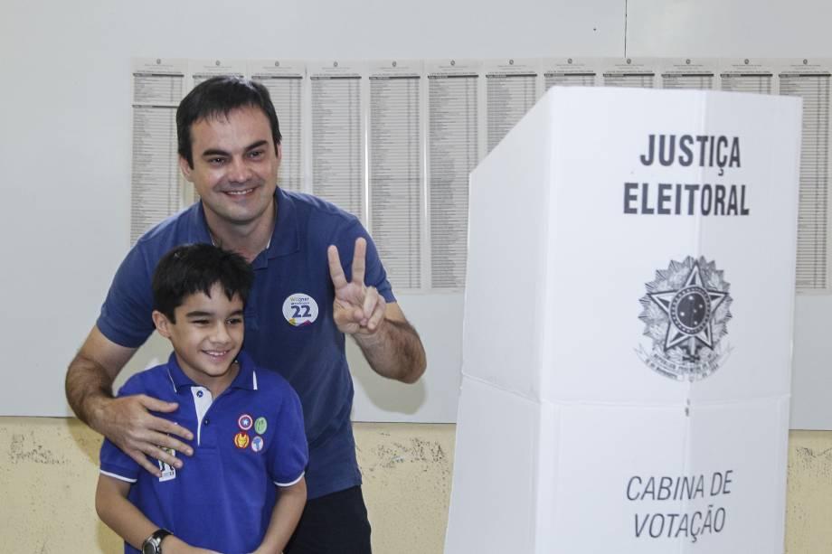 O candidato à Prefeitura de Fortaleza, Capitão Wagner (PR), vota no colégio Lima Nogueira, no bairro João XXIII - 02/10/2016