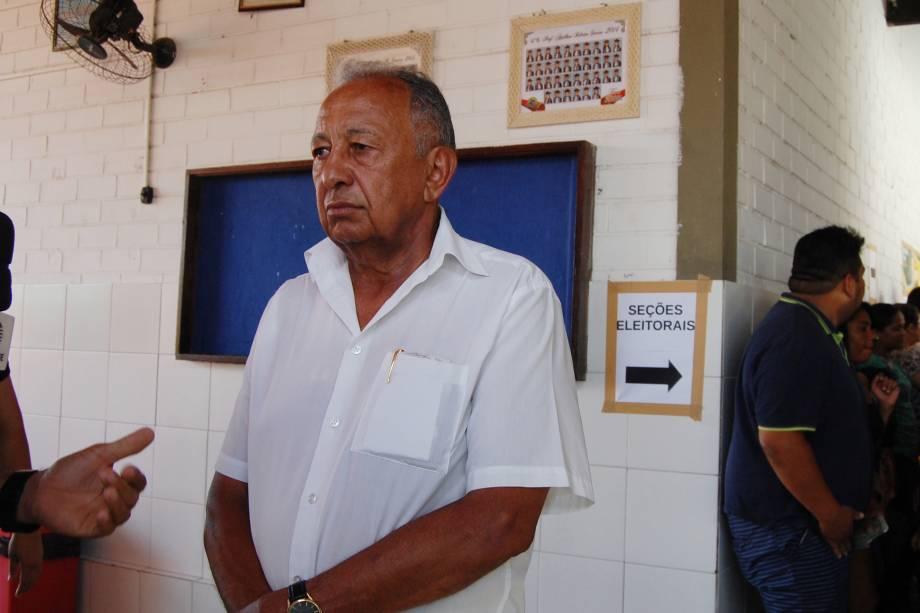 O candidato do PSD à Prefeitura, Dr. Pessoa vota na Escola Municipal Anthion Ribeiro Soares, no bairro Lourival Parente, zona sul de Teresina (PI) - 02/10/2016