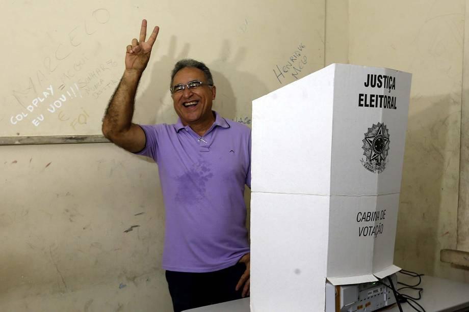 O candidato do PSOL à Prefeitura, Edmilson Rodrigues vota na Escola Estadual Augusto Meiran, em Belém, no Pará - 02/10/2016