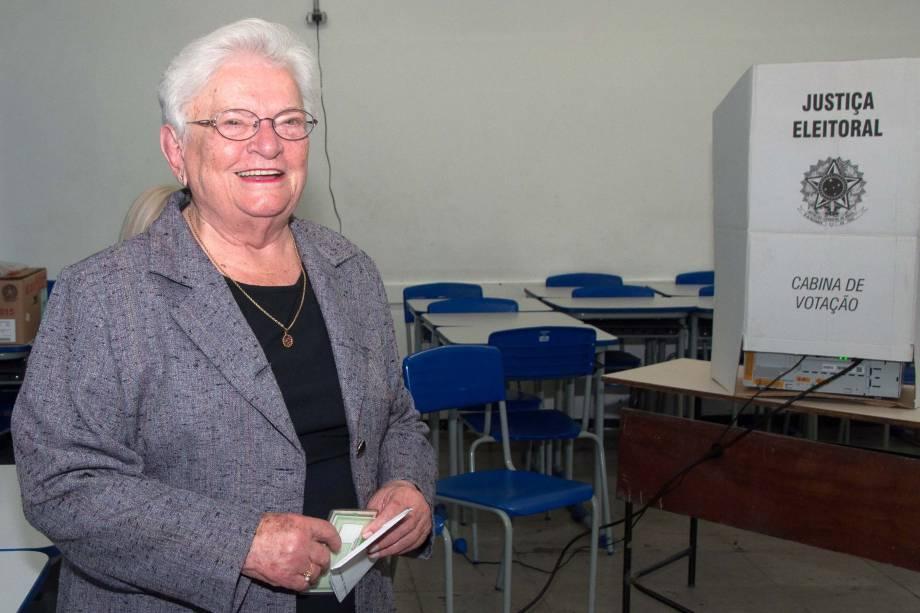 A candidata à prefeitura de São Paulo pelo PSOL, Luiza Erundina, vota em um colégio estadual na zona sul da cidade - 02/10/2016