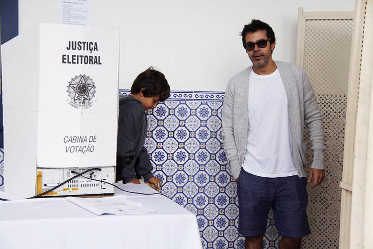 O ator Bruno Mazzeo vota com o filho João, em escola na zona sul do Rio de Janeiro (RJ) - 02/10/2016