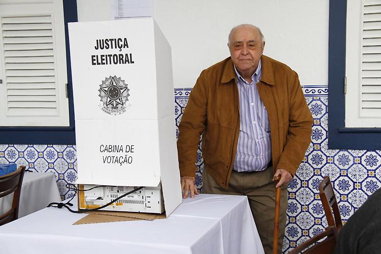 O ator Mauro Mendonça vota em escola na zona sul do Rio de Janeiro (RJ) - 02/10/2016