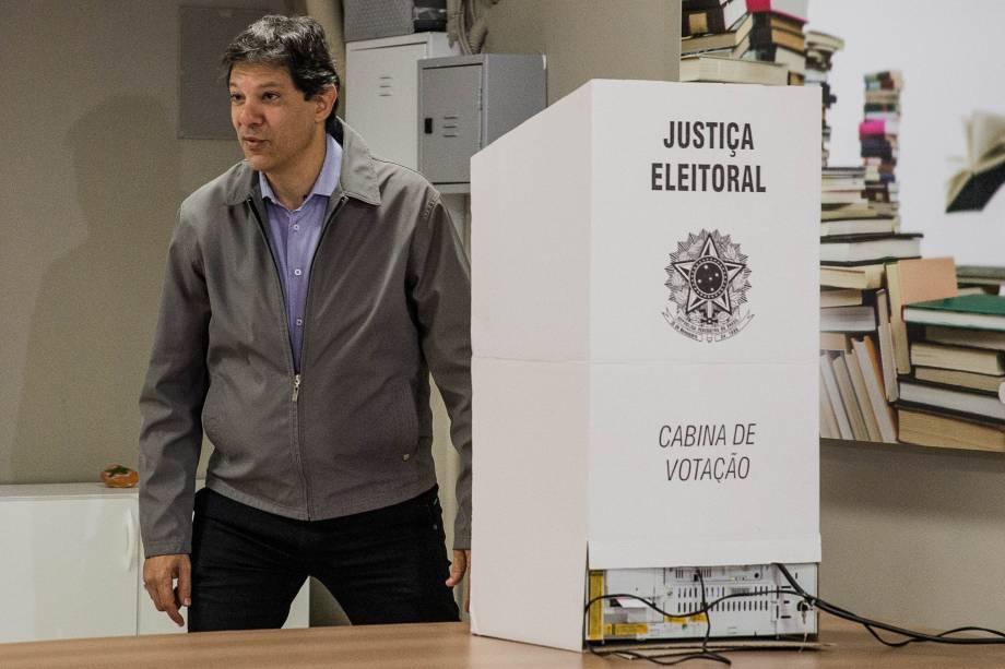 O prefeito de São Paulo e candidato à reeleição, Fernando Haddad (PT), vota no em Moema, zona sul da capital paulista - 02/10/2016
