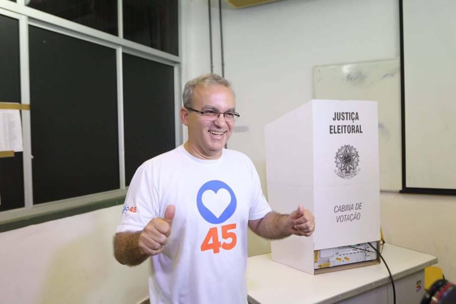 O candidato à reeleição Firmino Filho (PSDB), chega para votar na cidade de Teresina, no Piauí, na manhã deste domingo - 02/10/2016