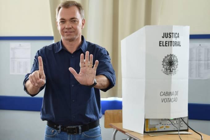 O candidato Gean Loureiro (PMDB) vota em Florianópolis (SC)