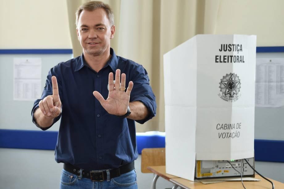 O candidato Gean Loureiro (PMDB) vota pela manhã na região central de Florianópolis, acompanhado da família - 02/10/2016