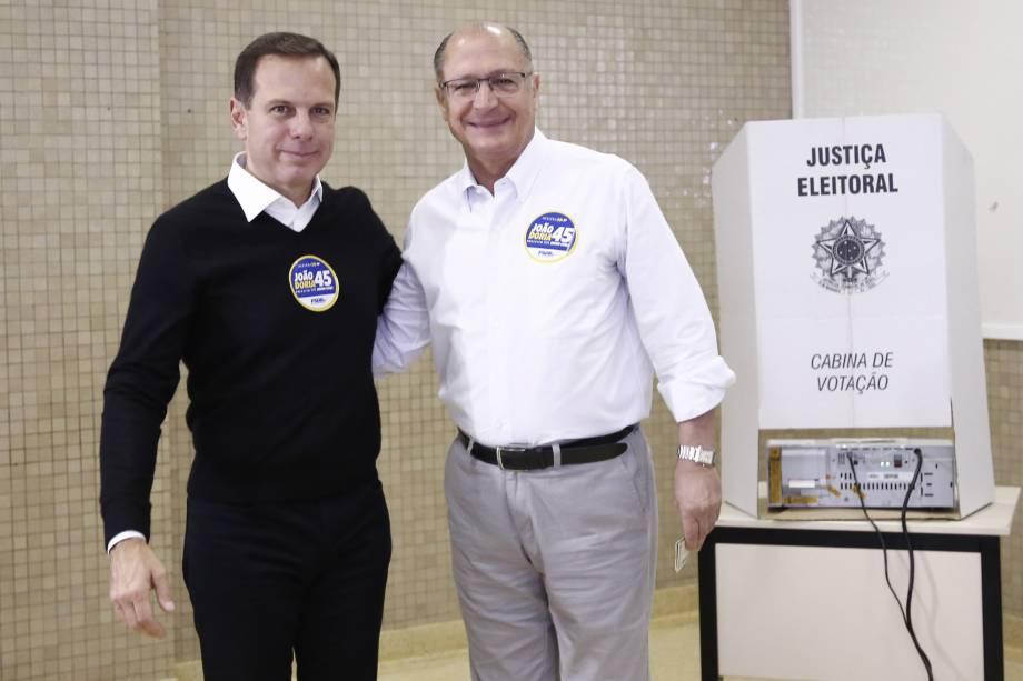 O governador Geraldo Alckmin registra seu voto acompanhado de João Dória Jr. candidato do PSDB à prefeitura de São Paulo, no bairro do Morumbi na zona sul da cidade - 02/10/2016
