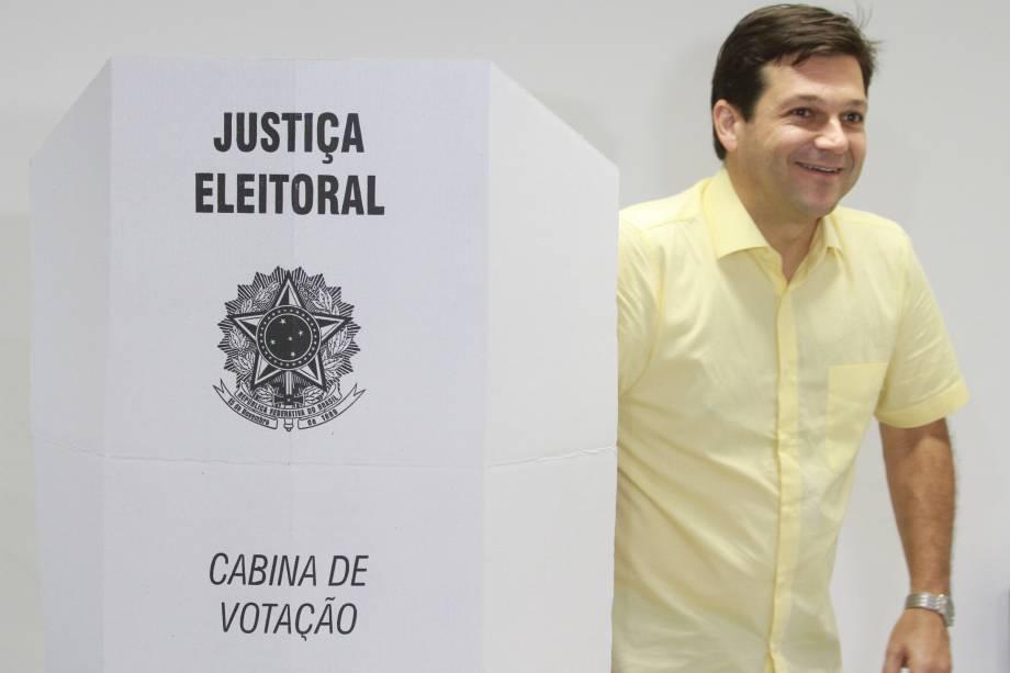 O prefeito de Recife Geraldo Júlio (PSB), candidato à reeleição, registra seu voto em uma seção eleitoral na capital pernambucana - 02/10/2016