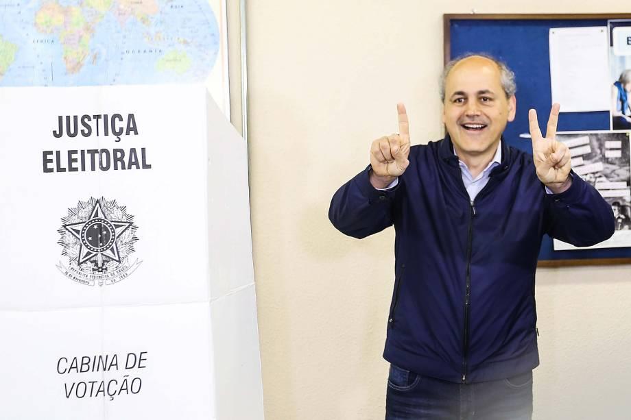 O candidato Gustavo Fruet (PSD), chega para votar no bairro Rebouças em Curitiba, PR, na manhã deste domingo - 02/10/2016