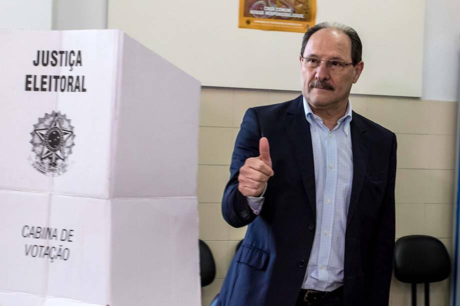 O Governador do Rio Grande do Sul, José Ivo Sartori (PMDB), vota no Colégio La Salle Carmo, em Caxias do Sul - 02/10/2016