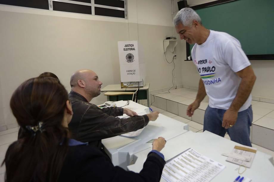 O candidato à prefeitura Major Olímpio (SD), chega para votar na zona norte de São Paulo