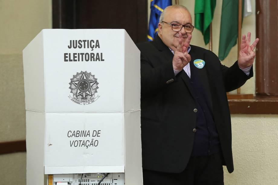 O candidato à prefeitura Rafale Greca (PMN) vota em um colégio em Curitiba na manhã deste domingo - 02/10/2016