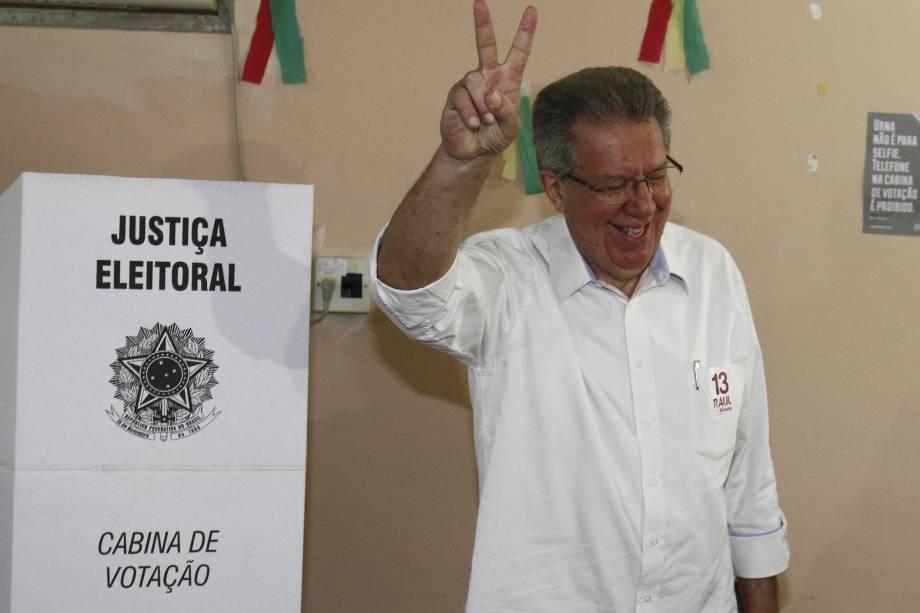 O candidato do PT à Prefeitura de Porto Alegre, Raul Pont, vota na Infante Dom Henrique, na capital gaúcha, na manhã deste domingo - 02/10/2016