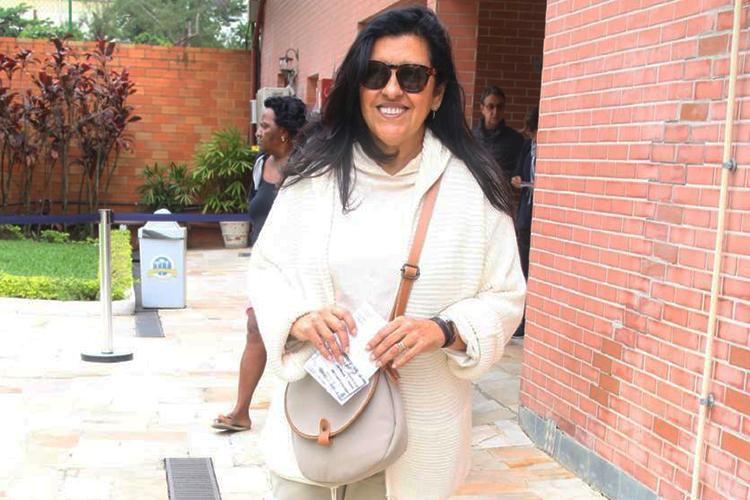A apresentadora Regina Casé vota no bairro do Leblon, no Rio de Janeiro (RJ) - 02/10/2016