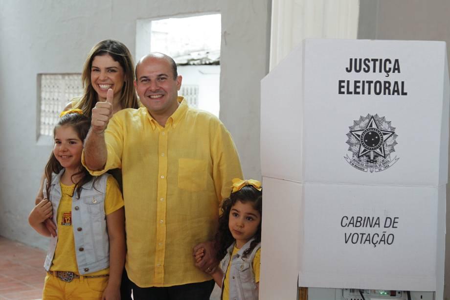 O candidato à prefeitura Roberto Cláudio (PDT), atual prefeito de Fortaleza, chega acompanhado da família para votar no Colégio Batista, no bairro de Aldeota na manhã deste domingo - 02/10/2016