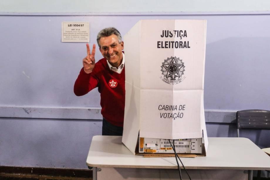 O candidato Tadeu Veneri (PT) vota no bairro Tarumã, em Curitiba (PR), na manhã deste domingo