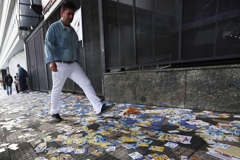 Homem caminha em uma calçada repleta de propagandas de candidatos no centro de São Paulo - 02/10/2016