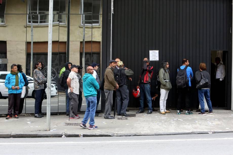 Eleitores aguardam na fila antes da abertura de uma seção eleitoral no centro de São Paulo - 02/10/2016