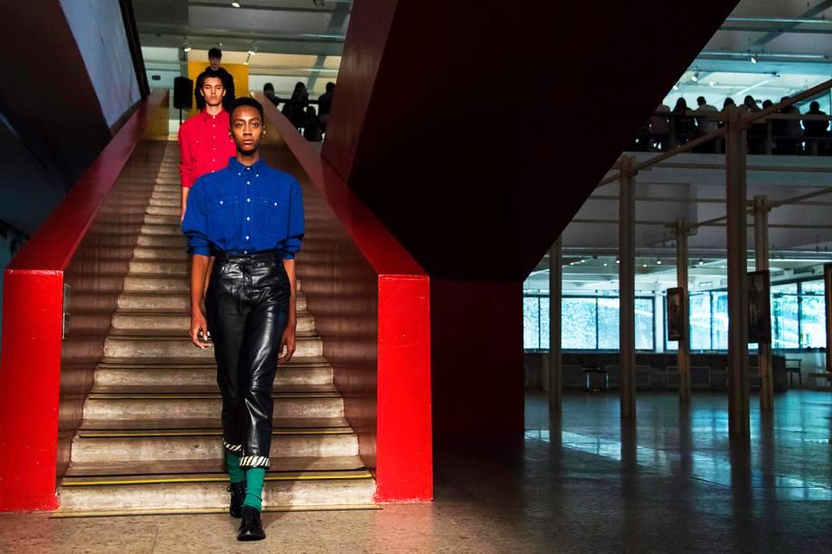 Modelos apresentam criação da marca 'A la Garconne', durante os desfiles da São Paulo Fashion Week, realizado no Pavilhão da Bienal, no Ibirapuera- 24/10/2016