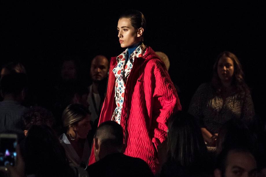 Modelos apresentam criação do estilista Reinaldo Lourenço durante os desfiles da São Paulo Fashion Week, realizado no Pavilhão da Bienal, no Ibirapuera - 24/10/2016