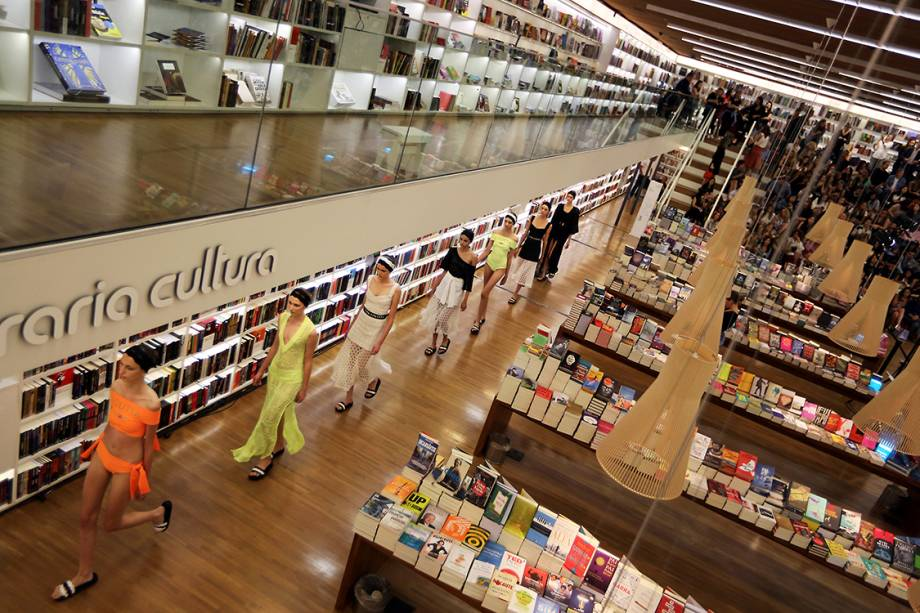 Modelos apresentam coleção da Lolitta em uma livraria, durante a São Paulo Fashion Week