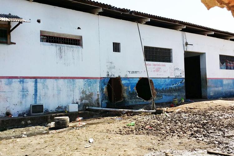 Buracos feitos nas paredes do presídio, em Roraima