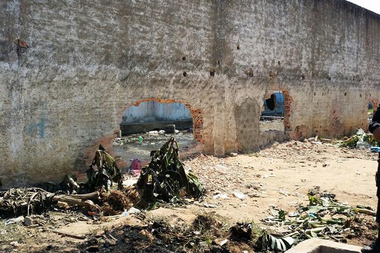 Buracos feitos pelos criminosos do PCC para acessar as celas do Comando Vermelho