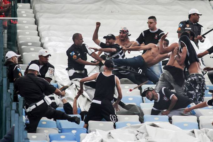 Torcedores do Corinthians entram em confronto com a Polícia Militar antes da partida contra o Flamengo, no Maracanã