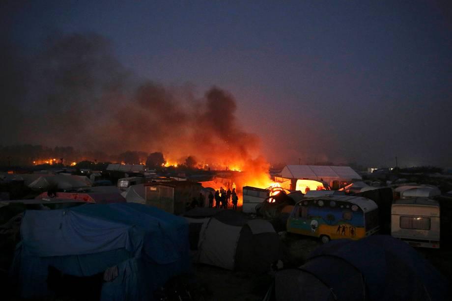Migrantes são fotografados no campo de refugiados conhecido como 'Selva' em Calais, na França. Os migrantes estão sendo transferidos para centros de acolhimento espalhados pelo país - 25-10-2016