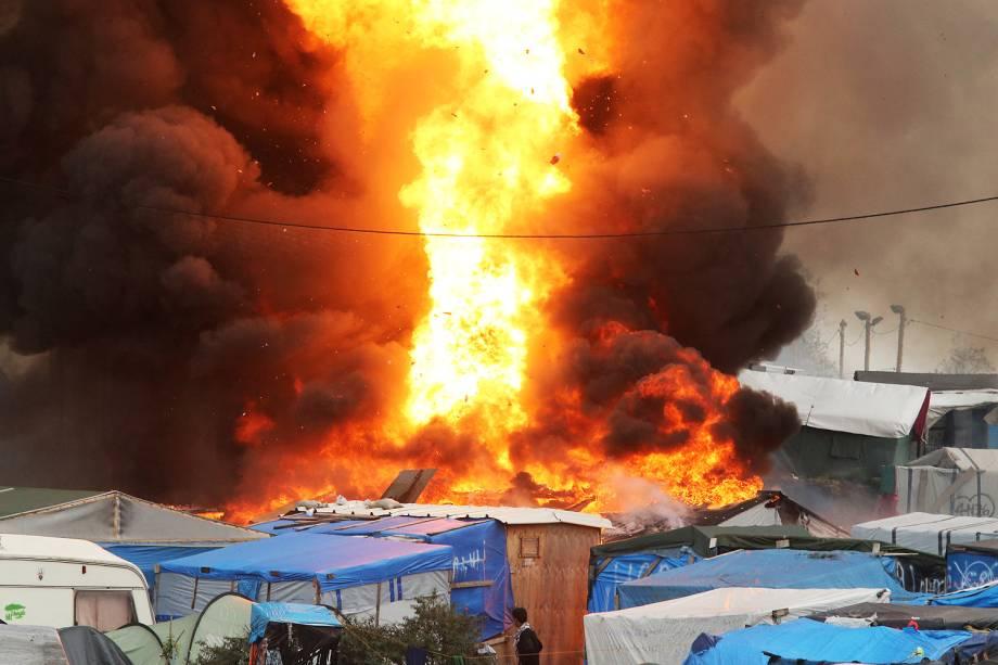 Explosão é vista no campo de Calais, na França, durante operação de evacuação de refugiados do local - 26/10/2016