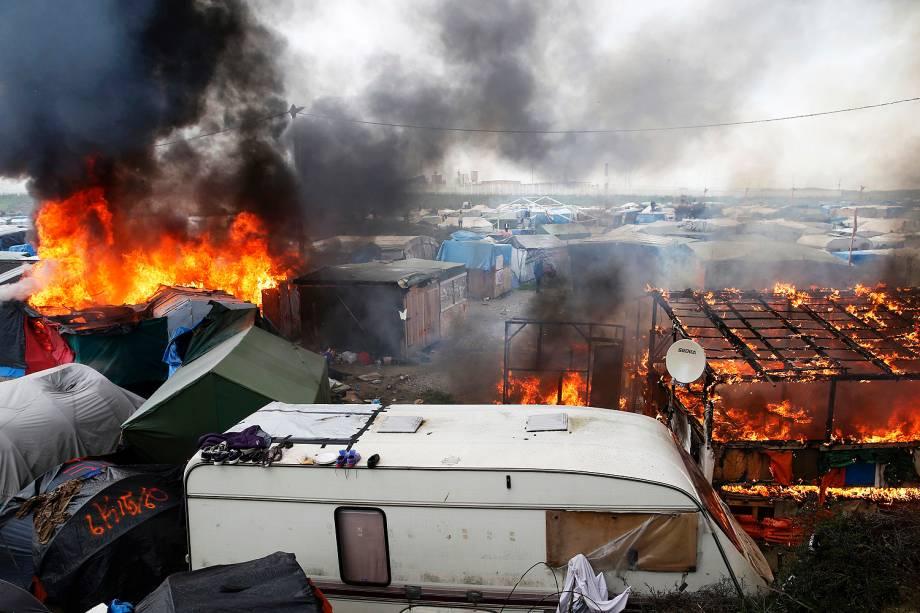 Incêndio destrói barracas montadas por refugiados no campo de Calais, na França - 26/10/2016