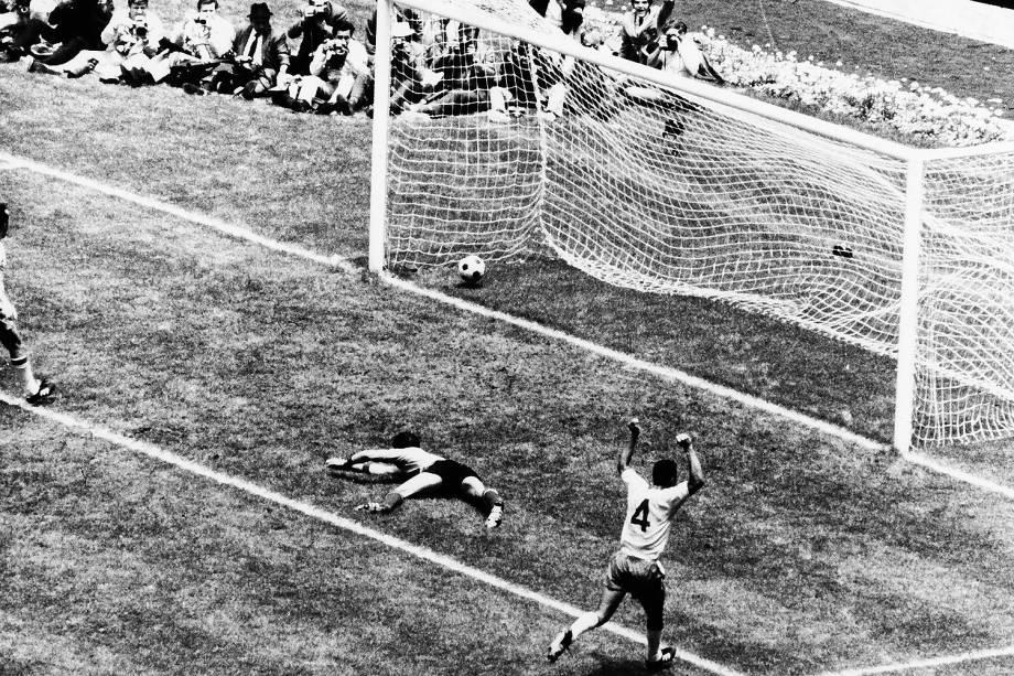 Carlos Alberto marcando o quarto gol do Brasil, no jogo Brasil 4 x 1 Itália, partida final da Copa do Mundo de Futebol, no Estádio Azteca