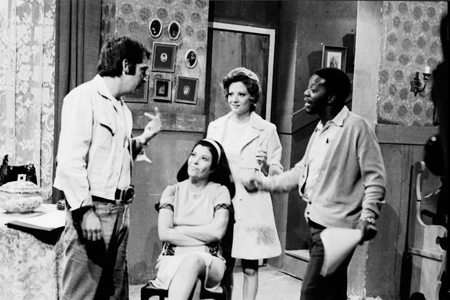 """Cláudio Marzo, Glória Menezes, Ana Ariel e Milton Gonçalves na novela """"Irmãos Coragem"""", de 1970"""
