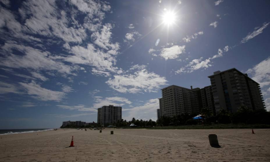 Praia de Coral Springs, na Flórida, vazia à espera do furacão