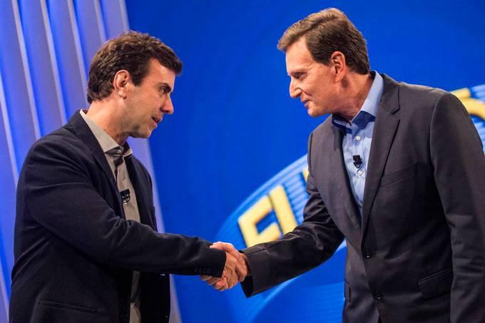 Os candidatos Marcelo Freixo (PSOL) e Marcelo Crivella (PRB) se cumprimentam antes do debate realizado pela Rede Globo