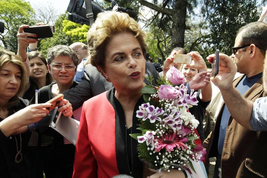 A ex-presidente Dilma Rousseff chega para votar no colégio Estadual Santos Dumont, localizado na Vila Assunção, zona sul de Porto Alegre, neste domingo (2), durante as Eleições Municipais 2016